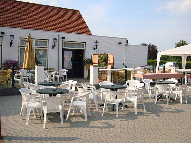 Gezellig terras voor bbq arrangementen caf restaurant aod thoear - Overdekt terras voor restaurant ...